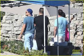 leonardo dicaprio hangs out shirtless with orlando bloom tobey