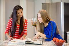 deux filles en cuisine deux jeunes femmes et fille dans la cuisine image stock