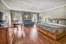chambre de palace chambre signature vieux québec à très grand lit divan lit et vue