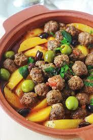 cuisiner avec un tajine en terre cuite tajine aux boulettes de viande et pommes de terre sauce tomate