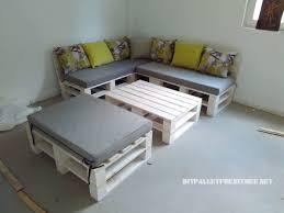 canap fait avec des palettes canapé feuilletée et table de palettes convertible en lit pallet