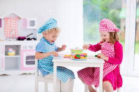cuisine garcon fille et garçon chapeau de chef et un tablier de cuisine dans