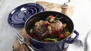 cuisine en cocotte en fonte la cocotte staub est le maillon indispensable de votre cuisine