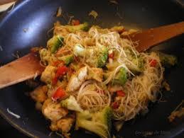 cuisiner vermicelle de riz wok de vermicelles de riz au poulet brocoli gingembre les