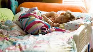 quand mettre bébé dans sa chambre de la bassinette au lit d enfant les règles de sécurité