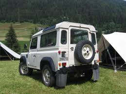 white land rover file white land rover defender rear jpg wikimedia commons