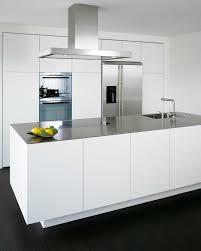 hotte de cuisine blanche cuisines cuisine blanche hotte moderne hotte îlot pratique et