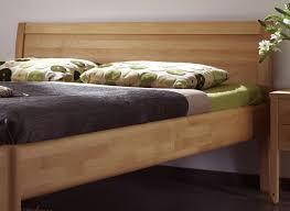 Boden Im Schlafzimmer Feucht Massivholzbett Im Schlichten Design