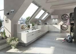 küche in dachschräge moderne dachschrä küche in hochglanz weiß