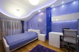 le plafond chambre intérieur d une chambre à coucher pourpre moderne avec le plafond de
