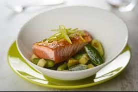 comment cuisiner un pavé de saumon recette de pavé de saumon mi cuit concombre et pomme verte
