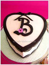 heart cake with cute cupcakes
