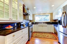 cuisine avec fenetre intérieur blanc de cuisine avec le grands évier et fenêtre photo