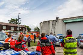 Jugendfeuerwehr Wiesbaden112 De Sek Einsatz In Ingelheim Insassen Klettern Auf Dach Der