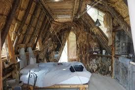 chambre d hote atypique sous ses airs de cabane robinson se cache la clim une kitchenette