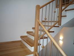buche treppe treppe in buche mit weißen setzstufen auf betontreppe