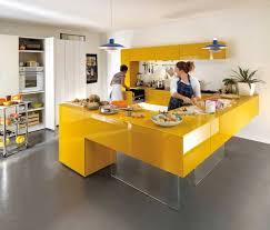 meuble cuisine jaune cuisines deco cuisine meubles jaune sol gris idée déco cuisine