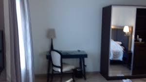 castel femme de chambre la ventilation de la chambre est très discrète photo de le