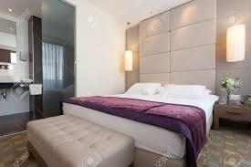 chambre de luxe avec chambre de luxe avec salle de bain intérieur banque d images et