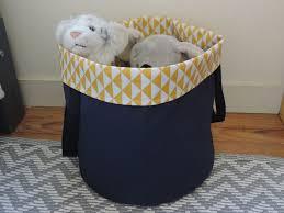 panier a linge chambre bebe panière à linge ou panier à jouet bleu marine et jaune chambre d