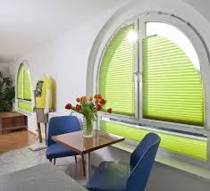 Wohnzimmerfenster Modern Sichtschutz Im Wohnzimmer Moderne Plissees Gardinen Und Rollos