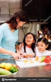 deux filles en cuisine mère avec filles en cuisine photographie microstockasia 133630022