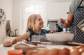 mere et fille cuisine mère et fille faisant cuire dans la cuisine photo stock image du