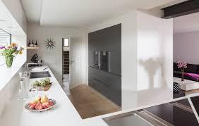 küche in dachschräge nobilia musterküche hochglanz holz küche in dachschräge mit