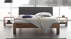 Schlafzimmer Bett Nussbaum Bett Aus Nussbaum Massiv Mit Gepolstertem Kopfteil Pello