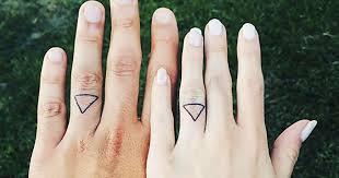 an welcher kommt der verlobungsring verlobungsring finger tattoos verlobungstattoo trend