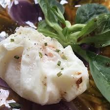 cuisiner oeufs oeufs mollets en cuisson sac plastique sur un lit de salade recette