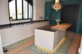 parquet dans une cuisine bande de carrelage avec parquet cuisine cuisishop sols
