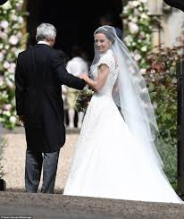 Pippa Wedding Pippa Middleton Chose Giles Deacon For Wedding Dress Daily Mail