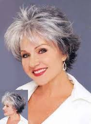 coupe pour cheveux gris look naturel à l avant cheveux blancs mis en évidence en les