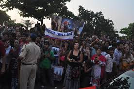 shah rukh khan s fans frenzy outside mannat on his 46th birthday 2