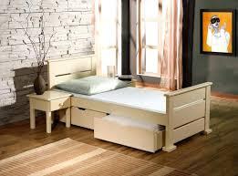 chambre en pin massif pas cher chambre pin lit enfant en bois massif avec 2 tiroirs sur roulettes