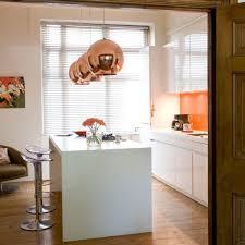 cuivre cuisine une cuisine blanche à suspensions boule en cuivre copper shade de
