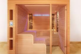 sauna mit schmalen leisten und zwei steinstreifen erdmann sauna