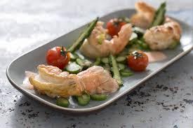 cuisiner les langoustines recette de grosses langoustines rôties riviera de légumes croquants