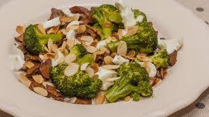 cuisiner brocolis a la poele poêlée de brocolis aux chignons recette par kilometre 0