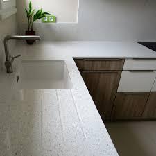 plan de travail cuisine quartz plan de travail en quartz blanc simple cuisine avec faade noir