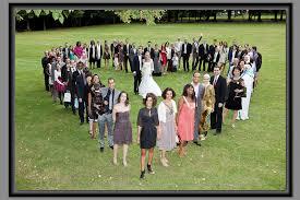 photo de groupe mariage mariage et groupe en forme de cœur bulles église