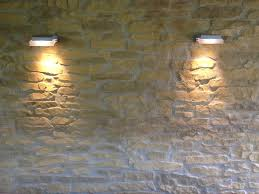 Wohnzimmer Beleuchtung Rustikal Beleuchtung Steinwände Gepolsterte On Moderne Deko Idee Oder Schn