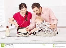 fait de la cuisine la famille fait des crêpes dans la cuisine photo stock image du
