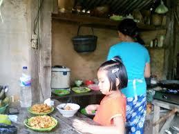 femme dans la cuisine la cuisine de la femme de gédé photo de sekumpul waterfalls