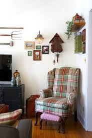 apartment living room decorating ideas we re crushing on the primitive country decor in this city