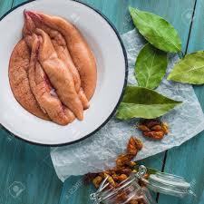 cuisiner le maquereau frais frais oeufs de maquereau et quelques épices sur la table de la