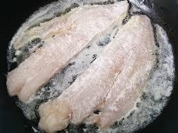cuisiner du merlan recette de filets de merlan sauce au beurre et citron vert