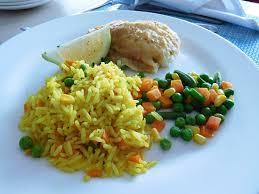 plat de cuisine plat de poisson servi avec du riz et une macédoine de légumes