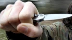 rapina in rapina in ladri minacciano dipendenti con coltello il